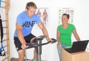 Sportler bei der Leistungsdiagnostik auf dem Ergometer